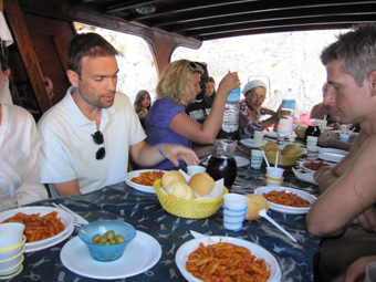Szardínia sziget, Orosei öböl, ebéd a hajón