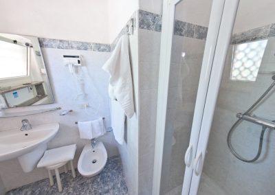 szardinia_hotel_3_csillagos_eszaki_part_bungalow_club_village_san_teodoro_furdoszoba