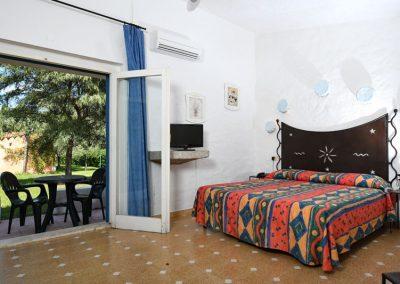 szardinia_hotel_3_csillagos_eszaki_part_bungalow_club_village_san_teodoro_haloszoba_erkelyes