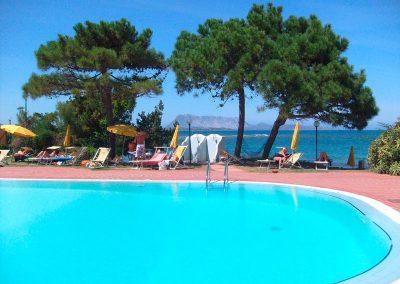 szardinia_hotel_3_csillagos_eszaki_part_bungalow_club_village_san_teodoro_medence_ki