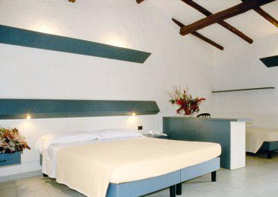 szardinia_hotel_3_csillagos_eszaki_part_club_esse_hotel_cala_bitta_smaragdpart_haloszoba_franciaagyas