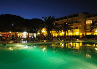 szardinia_hotel_3_csillagos_eszaki_part_hotel_oasis_alghero_medence_ejjel