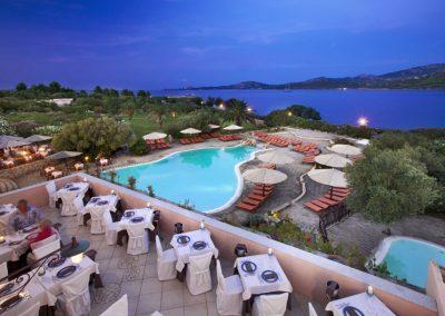 szardinia_hotel_4_csillagos_eszaki_part_cala_di_falco_resort_cannigione_etterem_terasz