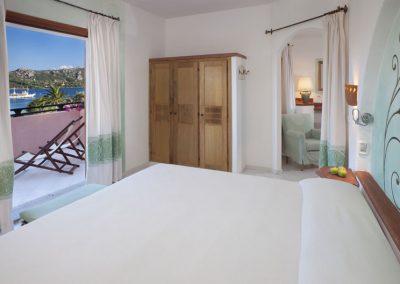 szardinia_hotel_4_csillagos_eszaki_part_cala_di_falco_resort_cannigione_haloszoba