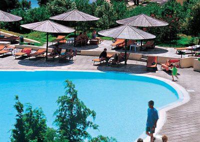 szardinia_hotel_4_csillagos_eszaki_part_cala_di_falco_resort_cannigione_medenceje