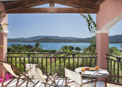 szardinia_hotel_4_csillagos_eszaki_part_cala_di_falco_resort_cannigione_teraszrol_kilatas