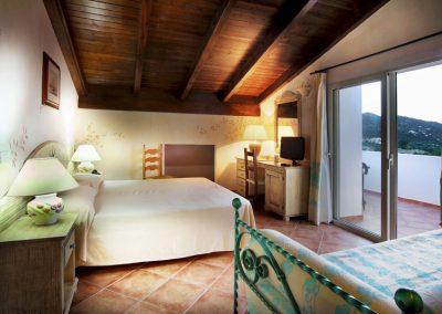 szardinia_hotel_4_csillagos_eszaki_part_colonna_beach_hotel_golfo_di_marinella_franciagyas_szoba