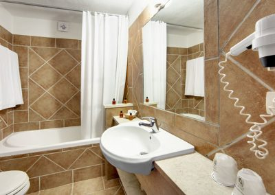 szardinia_hotel_4_csillagos_eszaki_part_colonna_beach_hotel_golfo_di_marinella_furdoszoba