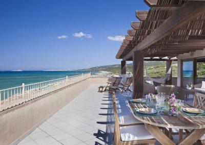 szardinia_hotel_4_csillagos_eszaki_part_dune_village_resort_badesi_etterem_terasz