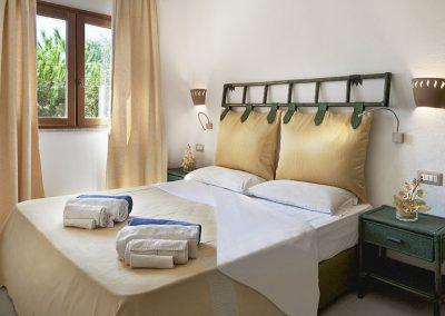 szardinia_hotel_4_csillagos_eszaki_part_dune_village_resort_badesi_haloszoba_franciaagy