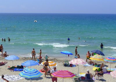 szardinia_nyaralas_alghero_homokos_tengerparton_strandolok