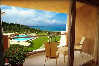 szallasok_szardinia_hotelek_5_csillagos_lea_bianca_luxury_resort_baia_sardinia_erkely