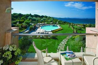 szallasok_szardinia_hotelek_5_csillagos_lea_bianca_luxury_resort_baia_sardinia_erkely2