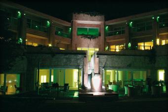 szallasok_szardinia_hotelek_5_csillagos_lea_bianca_luxury_resort_baia_sardinia_este