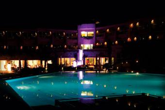 szallasok_szardinia_hotelek_5_csillagos_lea_bianca_luxury_resort_baia_sardinia_este2