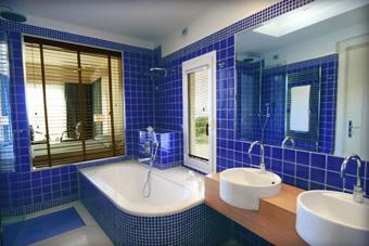szallasok_szardinia_hotelek_5_csillagos_lea_bianca_luxury_resort_baia_sardinia_furdoszoba