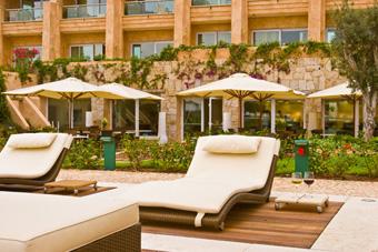 szallasok_szardinia_hotelek_5_csillagos_lea_bianca_luxury_resort_baia_sardinia_kert2