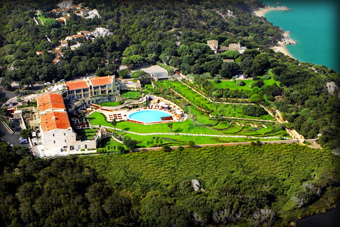szallasok_szardinia_hotelek_5_csillagos_lea_bianca_luxury_resort_baia_sardinia_kulso2 (1)