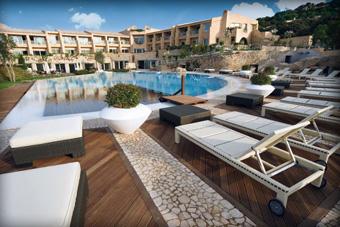 szallasok_szardinia_hotelek_5_csillagos_lea_bianca_luxury_resort_baia_sardinia_medence