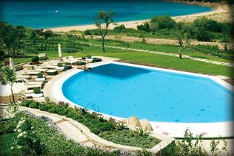 szallasok_szardinia_hotelek_5_csillagos_lea_bianca_luxury_resort_baia_sardinia_medence4