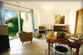 szallasok_szardinia_hotelek_5_csillagos_lea_bianca_luxury_resort_baia_sardinia_nappali2