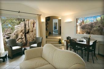 szallasok_szardinia_hotelek_5_csillagos_lea_bianca_luxury_resort_baia_sardinia_nappali3