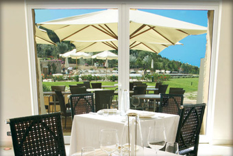 szallasok_szardinia_hotelek_5_csillagos_lea_bianca_luxury_resort_baia_sardinia_terasz