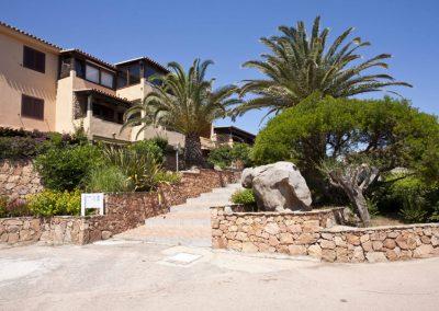 szardinia_apartman_eszaki_part_baia_de_bahas_exclusive_resort_marinella_obol_bejarat