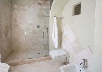 szardinia_apartman_eszaki_part_baia_de_bahas_exclusive_resort_marinella_obol_furdoszoba