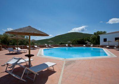 szardinia_apartman_eszaki_part_baia_de_bahas_exclusive_resort_marinella_obol_medenceje