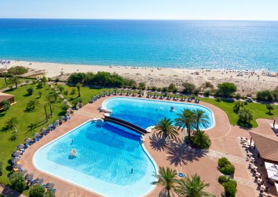 szardinia_hotel_4_csillagos_deli_part_garden_beach_hotel_resort_castiadas_medence_panorama_kep