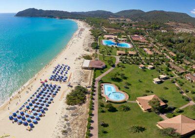 szardinia_hotel_4_csillagos_deli_part_garden_beach_hotel_resort_castiadas_tengerpart_panorama_kep