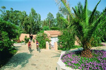 szardinia_hotel_4_csillagos_deli_part_tanka_village_resort_hotel_villasimius_kert2