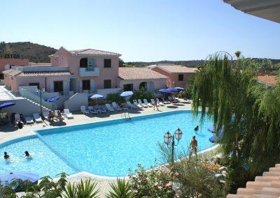szardinia_hotel_4_csillagos_eszaki_part_ albergo_residence_club_gli_ontani_orosei_erkelyrol_medence_panorama