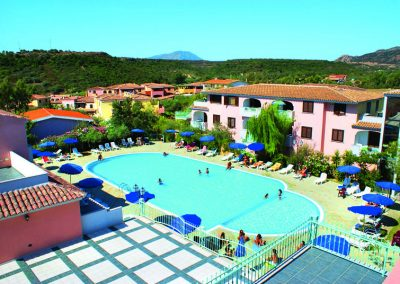 szardinia_hotel_4_csillagos_eszaki_part_ albergo_residence_club_gli_ontani_orosei_medence_panorama