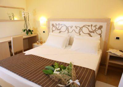 szardinia_hotel_4_csillagos_eszaki_part_hotel_corte_rosada_alghero_haloszoba