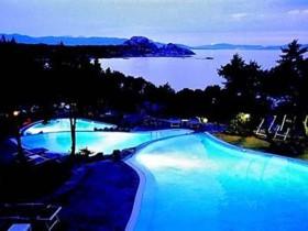 szardinia_hotel_4_csillagos_eszaki_part_hotel_smeraldo_beach_baia_sardinia_este