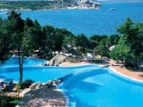 szardinia_hotel_4_csillagos_eszaki_part_hotel_smeraldo_beach_baia_sardinia_medence