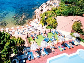 szardinia_hotel_4_csillagos_eszaki_part_hotel_smeraldo_beach_baia_sardinia_medenceje