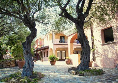 szardinia_hotel_4_csillagos_eszaki_part_parco_blu_club_resort_cala_gonone_epulet