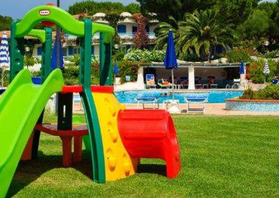 szardinia_hotel_4_csillagos_eszaki_part_park_hotel_resort_baia_sardinia_gyerek_jatszoter
