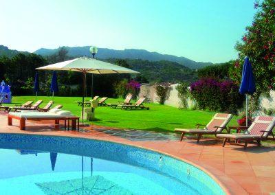 szardinia_hotel_4_csillagos_eszaki_part_park_hotel_resort_baia_sardinia_medence