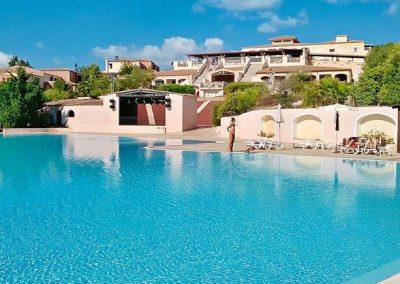 szardinia_hotel_4_csillagos_eszaki_part_valtur_colonna_beach_gofo_aranci_medenceje