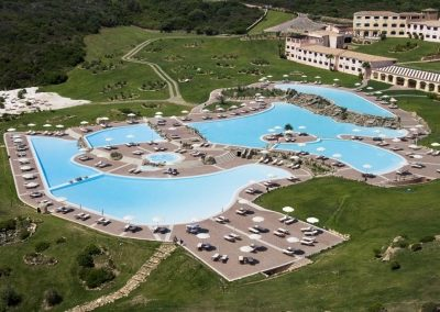 szardinia_hotel_5_csillagos_eszaki_part_colonna_resort_porto_cervo_medence_panorama