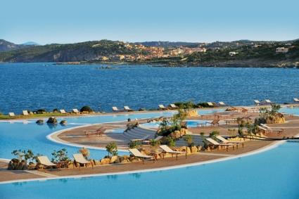 szardinia_hotel_5_csillagos_eszaki_part_colonna_resort_porto_cervo_medencek