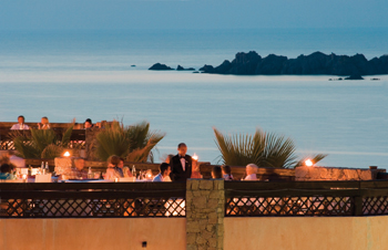 szardinia_hotel_5_csillagos_eszaki_part_marinedda_hotel_isola_rossa_este