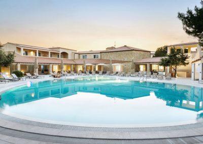 szardinia_5 csillagos_hotel_nyugati_part_hotel_resort_is_arenas_narbolia_medence