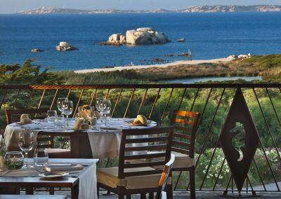 szardinia_5_csillagos_hotel_eszaki_part_resort_valle_dell_erica_thalasso_spa_santa_teresa_di_gallura_etterem_terasz