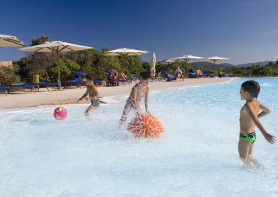 szardinia_5_csillagos_hotel_eszaki_part_resort_valle_dell_erica_thalasso_spa_santa_teresa_di_gallura_gyerek_medence