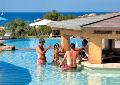 szardinia_5_csillagos_hotel_eszaki_part_resort_valle_dell_erica_thalasso_spa_santa_teresa_di_gallura_medence_bar